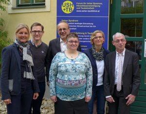 Dieses Bild zeigt den Vorstand des Forums Usher Taubblind (Julia Moser, Dominique Sturz, Stefan Wiedlroither, Anita Schachinger) gemeinsa mit Primar Dr. Johannes Fellinger und Behindertenanwalt Dr. Hansjörg Hofer.