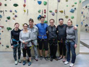 Das Foto zeigt die Teilnehmer_innen vor der Kletterwand.