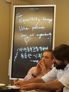 Brüder Grund vor Smartboard mit koreanisch-englischer Beschriftung